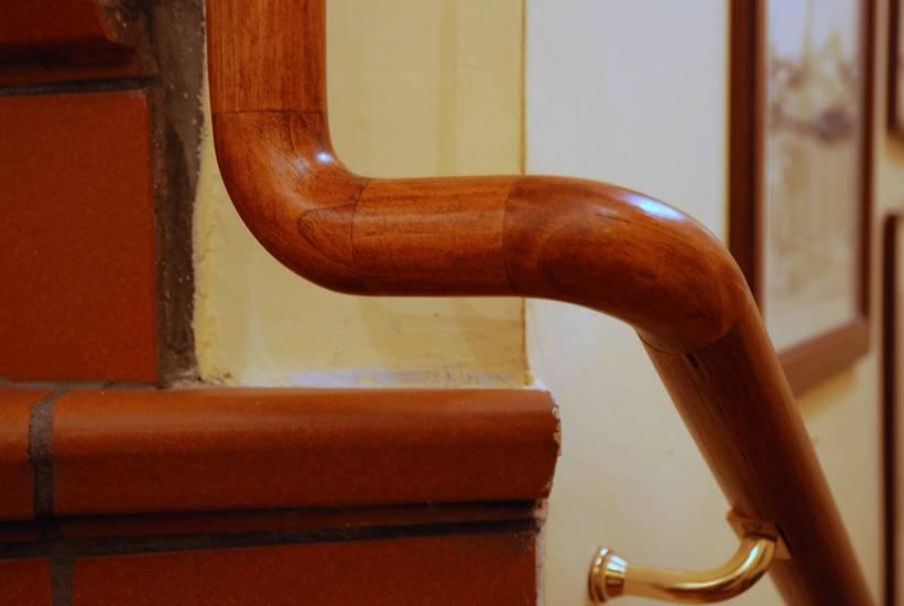 Scala corrimano in legno design contemporaneo fabbrica di for Corrimano in legno roma
