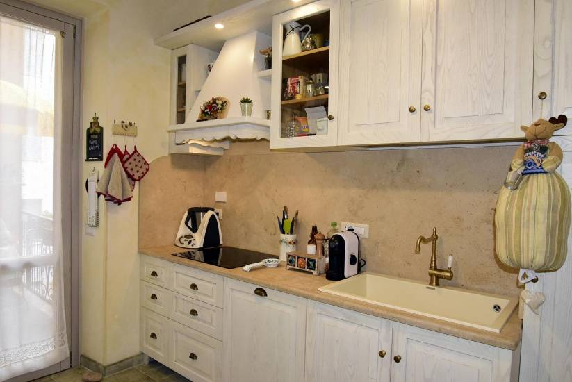 Cucina decape shabby bianca in legno su misura fabbrica di Cucine su ...