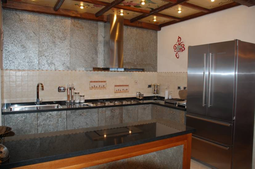 Cucina-su misura-legno e pietra design esclusivo fabbrica di Bagni ...