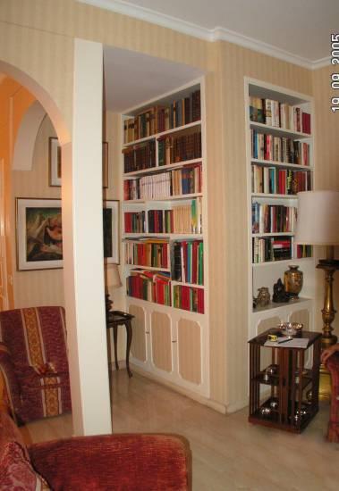 libreria a parete bianca in legno fabbrica di zona giorno