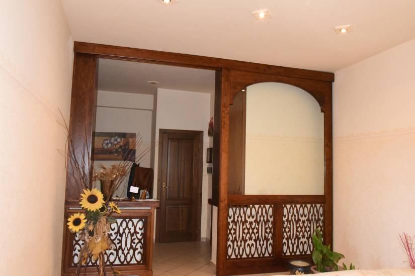 Libreria boiserie con porta scorrevole in legno su misura di design fabbrica di zona giorno su - Libreria con porta scorrevole ...