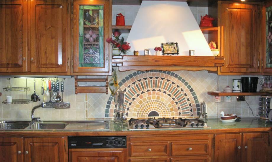 Cucina classica artigianale miele michele design esclusivo in legno fabbrica di cucine su misura - Rivestimenti cucina classica ...