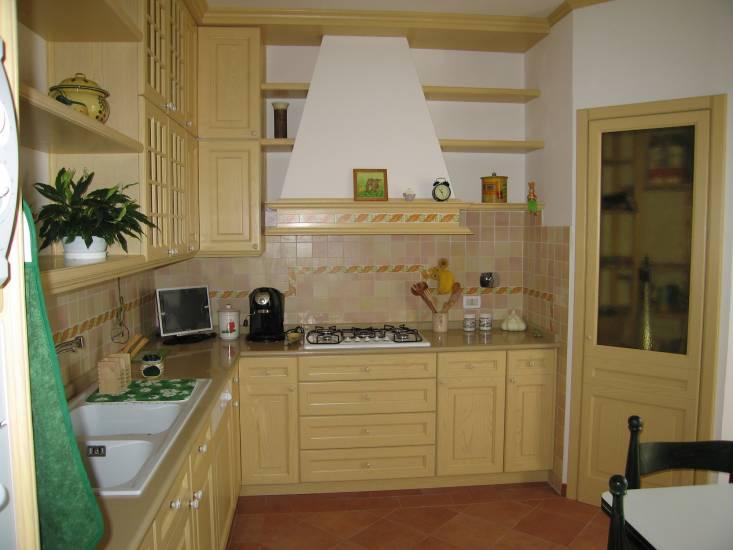 cucina-su misura-classica-gialla design esclusivo in legno fabbrica di Cucine su misura a Roma