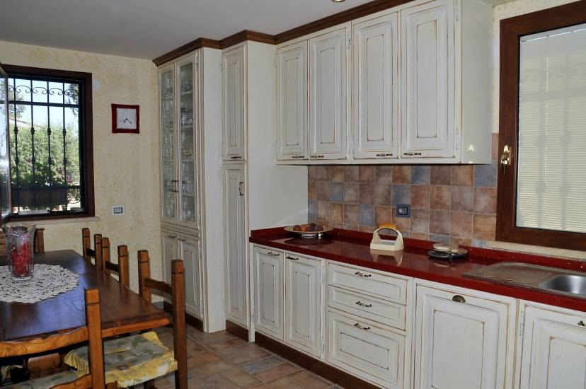 Cucina su misura decape bianca design esclusivo in legno fabbrica di cucine su misura a roma - Cucina country bianca ...