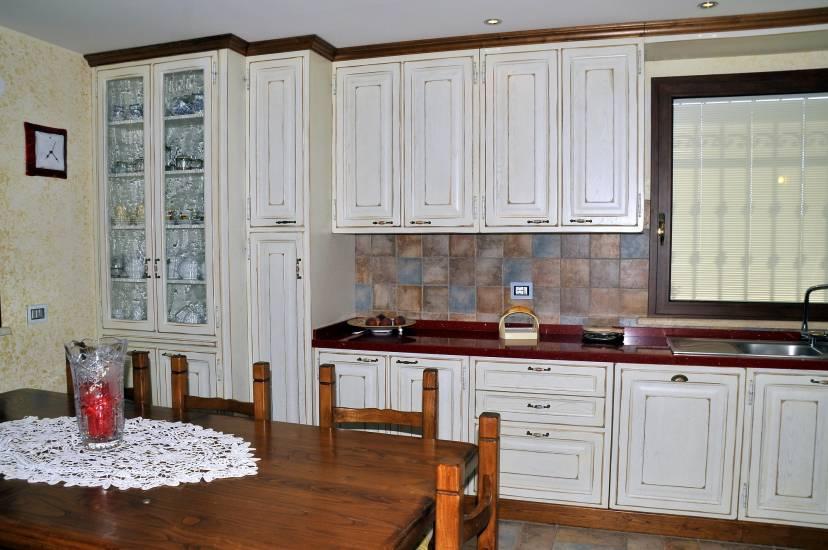 Cucina su misura decape bianca design esclusivo in legno fabbrica di cucine su misura a roma - Fabbrica cucine su misura roma ...